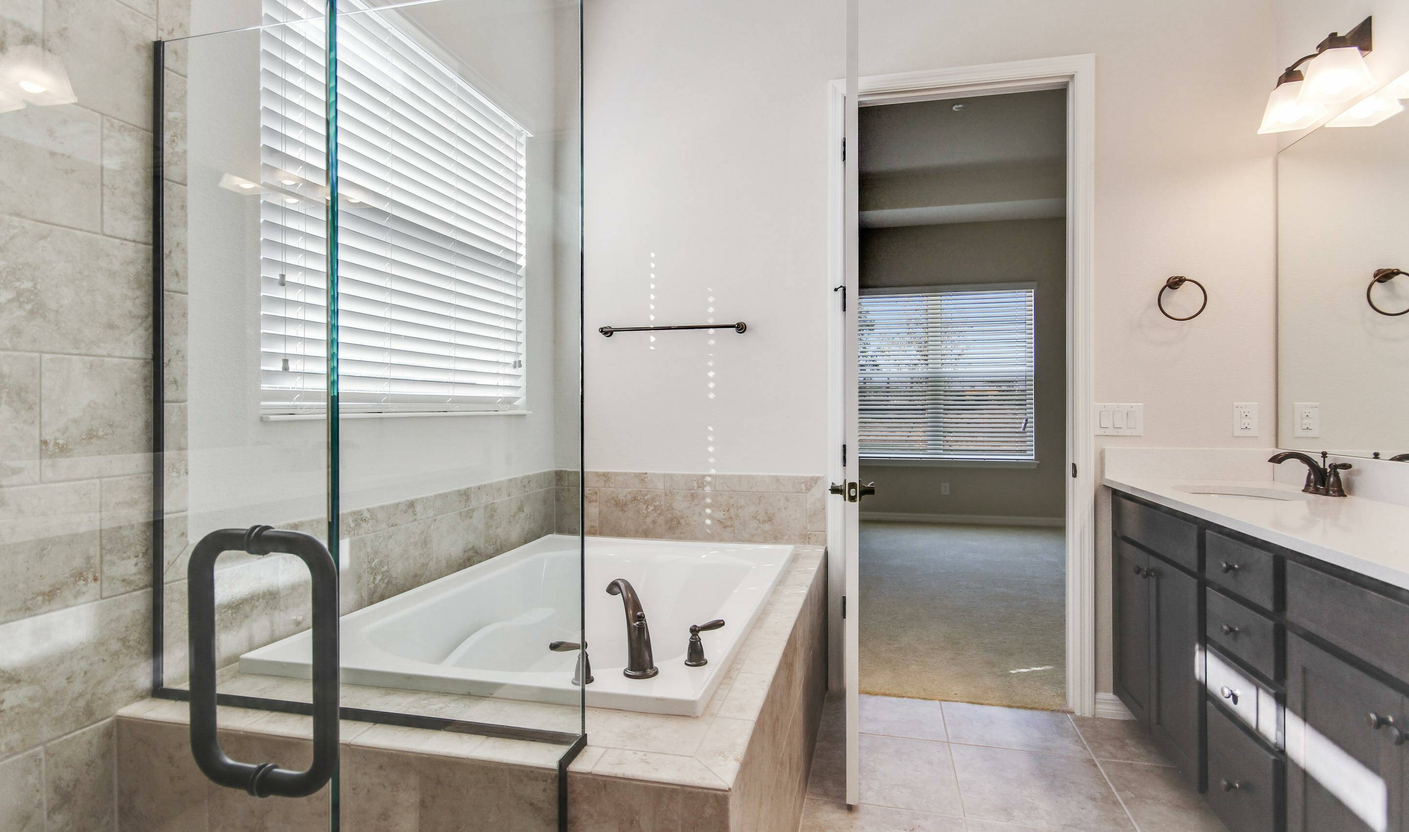 luxurious owners spa bath in dunmore in four seaons at orlando new homes in orlando florida